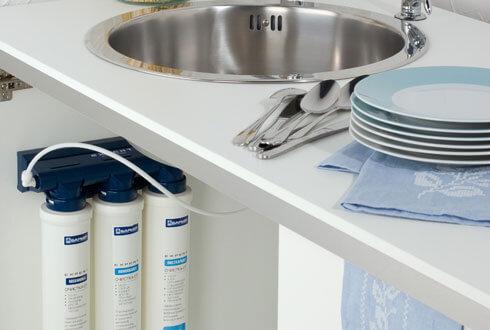 Проточный фильтр для воды под мойкой на кухне