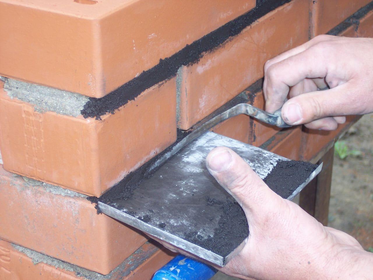 Аккуратно укладывайте затирку между швами, чтобы не нарушить эстетический вид фасада.